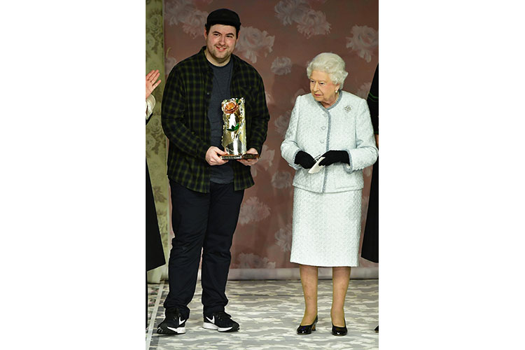 0 Her Royal Hiness Elisabetta II and award winner designer Richard Quinn